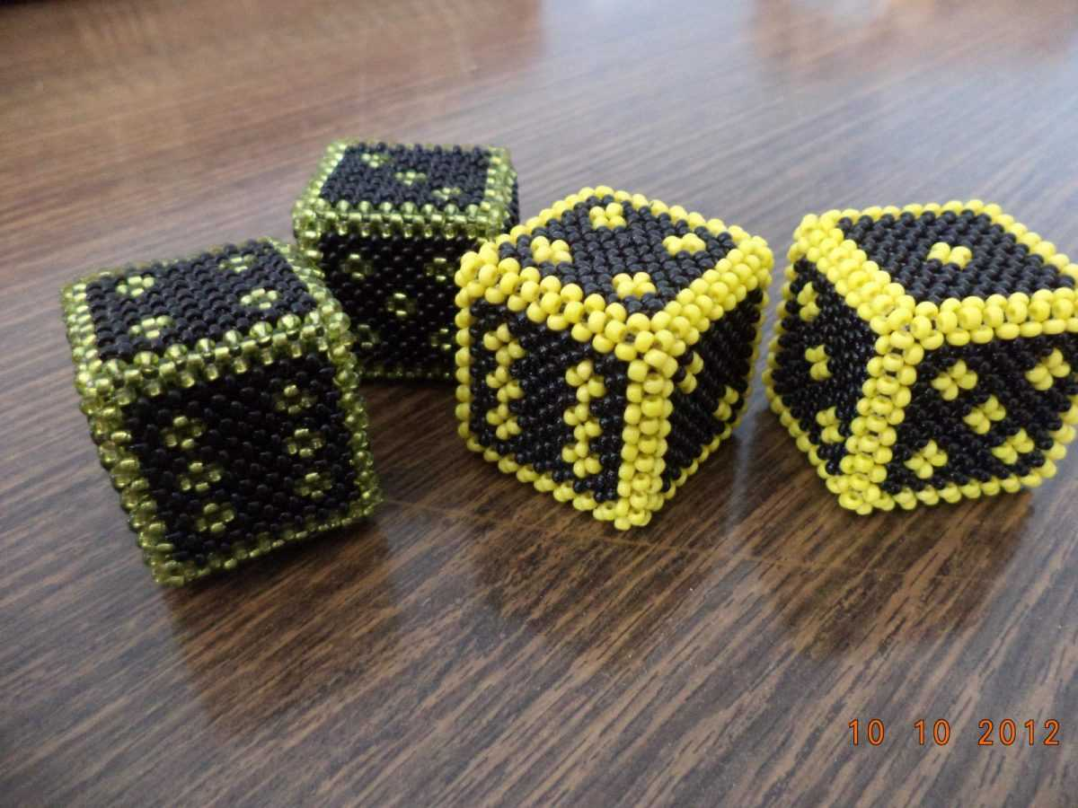 Объёмный кубик из бисера