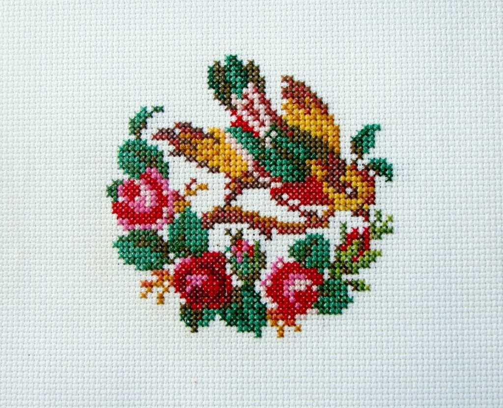 Вышивка крестом птицы на цветах 964